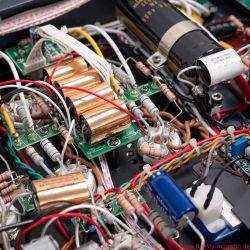 Cayin CS-100A KT88 Röhrenvollverstärker - Auf der Rückseite erlaubt der CS-100A die problemlose Anpassung der Schaltung von KT88- auf EL34-Röhren. Jede einzelne Leistungsröhre lässt sich via Kippschalter auf der Front anwählen und per Potentiometer auf der Topplatte exakt einmessen.