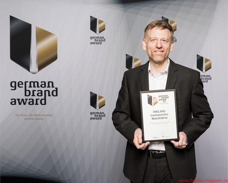 Stolz präsentiert Thomas Carstensen den German Brand Award für erfolgreiche Markenführung