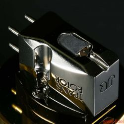 Transrotor Tamino MC-Tonabnehmer - Nicht alles, was glänzt, ist Gold: Taminos Gehäuse besteht aus poliertem Titanium, sein Nadelträger aus Bor.