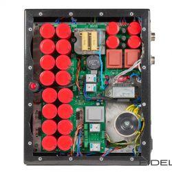 Canever Audio La Scala Reference Amplifier. Nimmt man den Boden des Netzteils ab, offenbart sich nicht nur der gut versteckte rote Hauptschalter, sondern auch die gewaltige Siebkapazität von 470 000 uF. Die eigentlichen Trafos für die Audioschaltung sitzen in den Töpfen auf der anderen Seite.