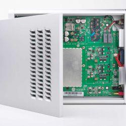Warwick Acoustics Sonoma M1 - Eine bemerkenswert massive Aluminiumplatte mit markanten Lüftungsschlitzen behütet das Hightech-Innere des Verstärkers.